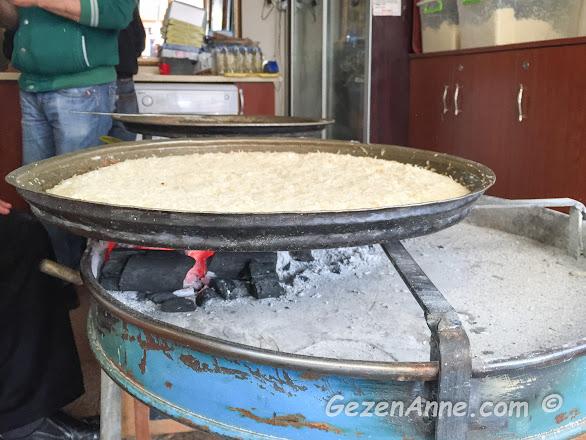 künefe köz ateşinde pişirirken, Çınaraltı künefe Antakya