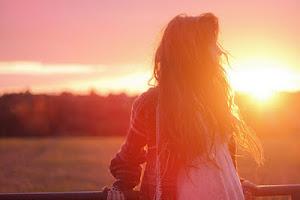 No mires hacia atrás porque puedes recordar que hubo un corazón que no te supo amar.
