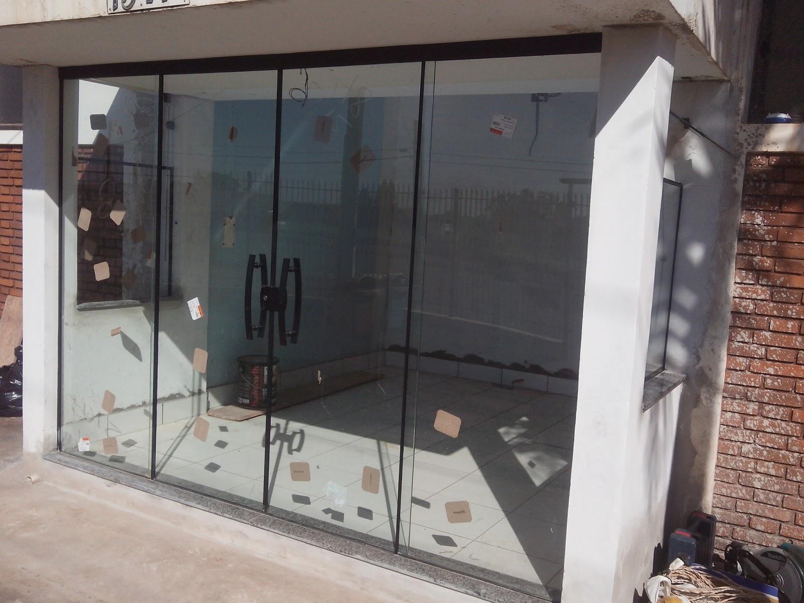#76594F Porta no sitema de 04 vidros Vidro Incolor com perfil na cor Preto 10 Janelas De Vidro Com Aluminio Fosco