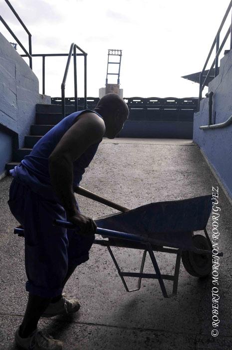 Trabajo de reparación en el Estadio Latinoamericano en La Habana, Cuba