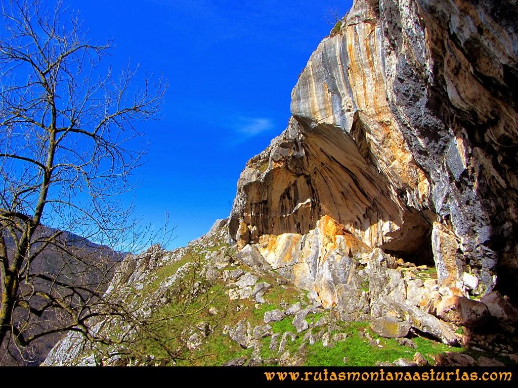 Rutas Montaña Asturias de las Pinturas Rupestres de Fresnedo: Impresionante cueva un poco más allá del Abrigo del Paso