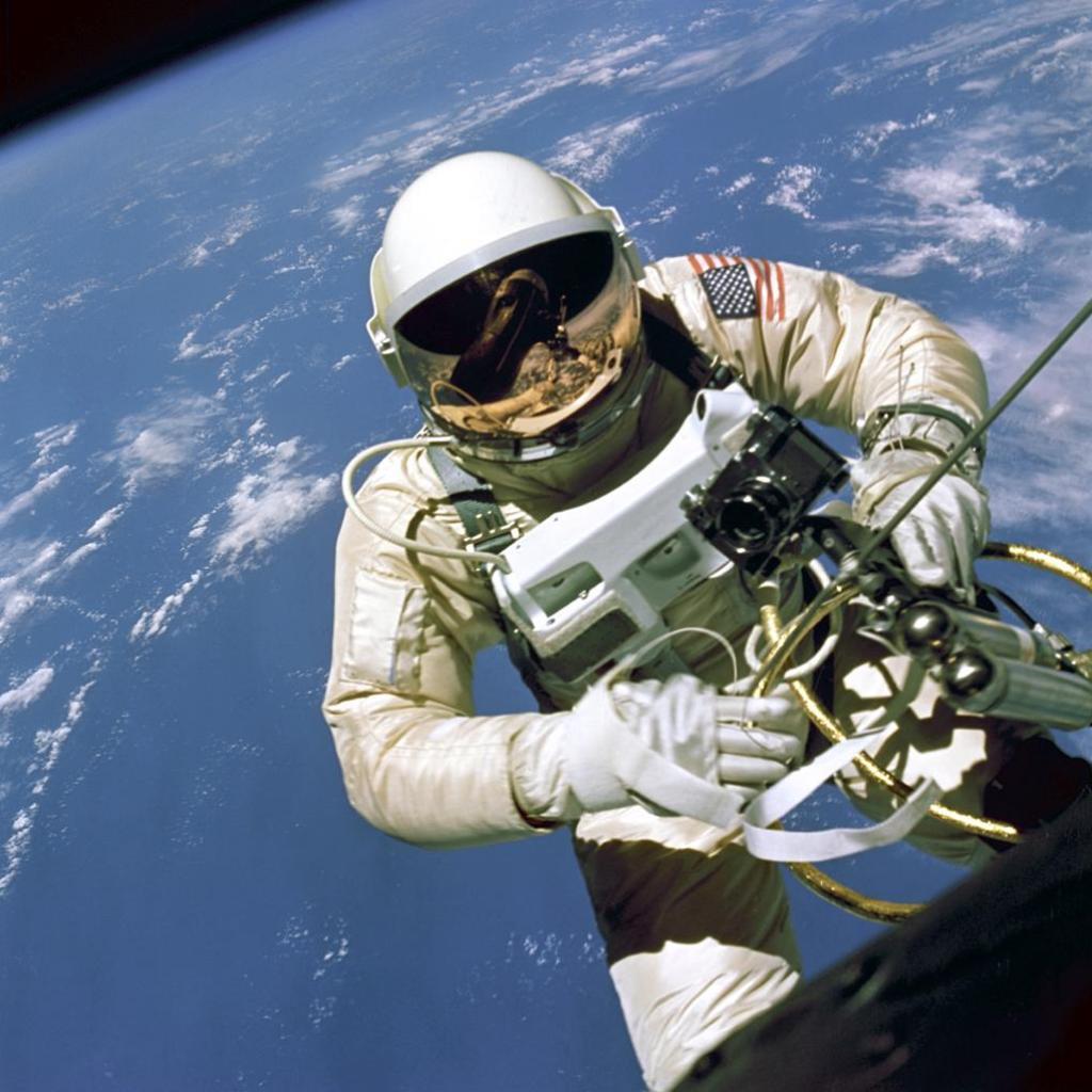 http://4.bp.blogspot.com/-O2gPiRvETyM/TmEjNKo0iCI/AAAAAAAAC0g/_YfNPAvSXHU/s1600/space-free-wallpapers002-American-Astronaut.jpg