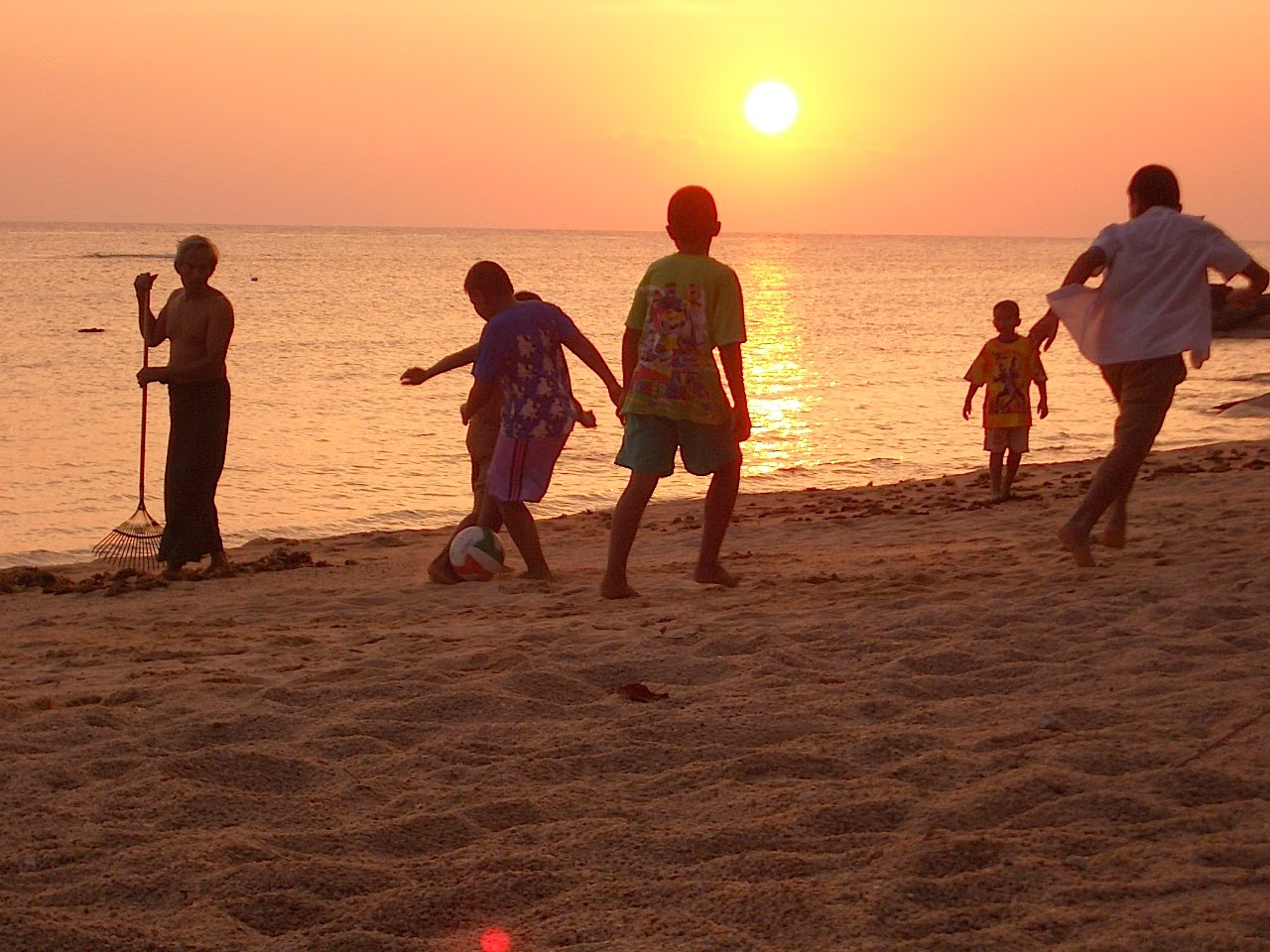 locals enjoying sunset haad rin sunset beach