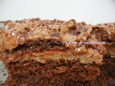Bolo de chocolate com recheio de geléia de morango