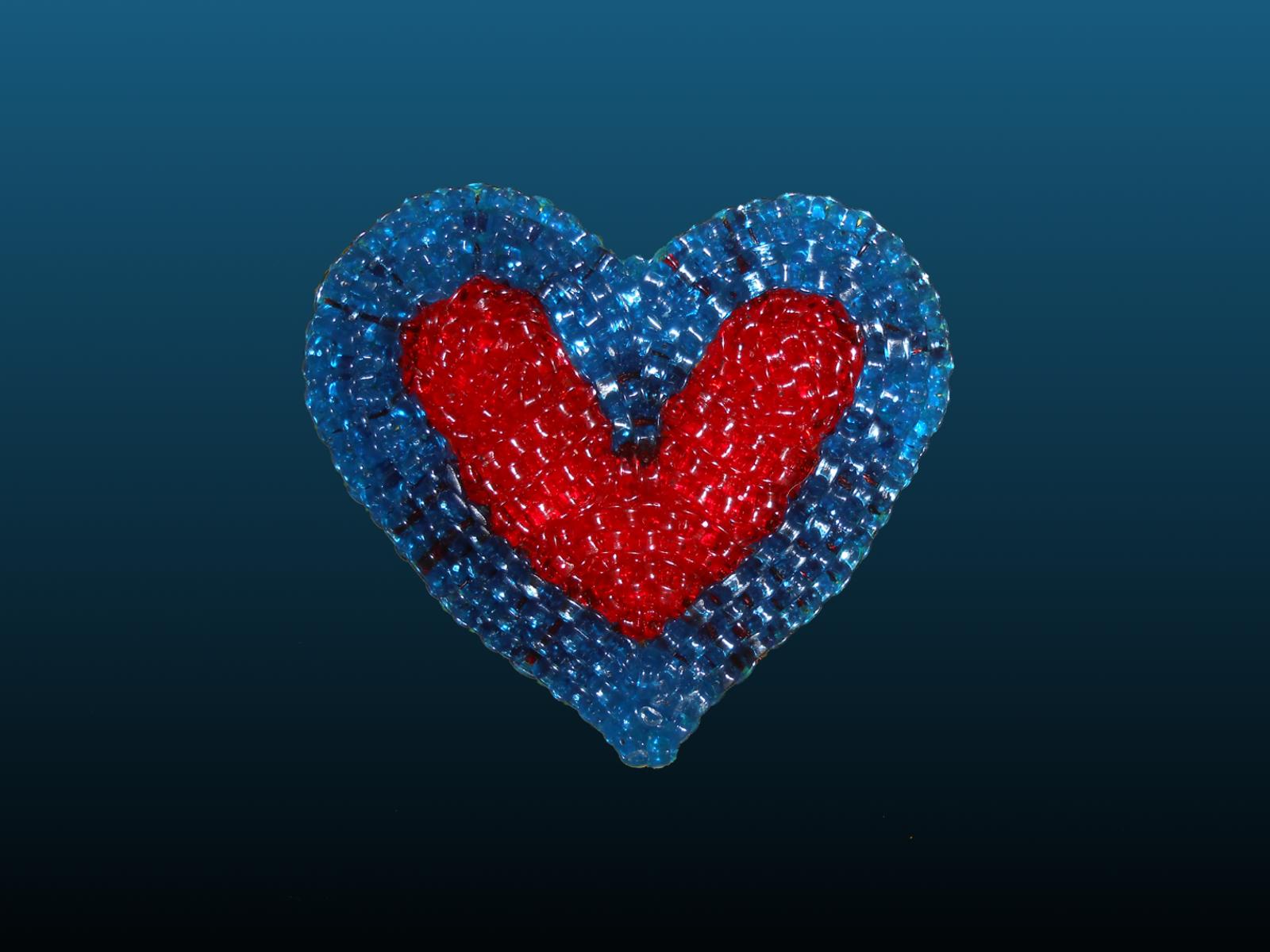 coeur réalisé avec des fils à scoubidous