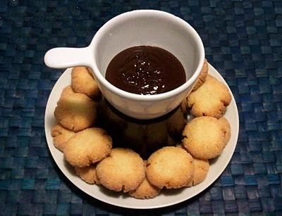 Pasticcini al cocco con fonduta di cioccolato, ricetta di Benedetta Parodi