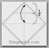Bước 2: Gấp cạnh giấy xuống dưới để tạo nếp gấp, sau đó lại mở ra.