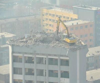 http://www.fenomania.com/2012/05/cara-konyol-merobohkan-gedung.html