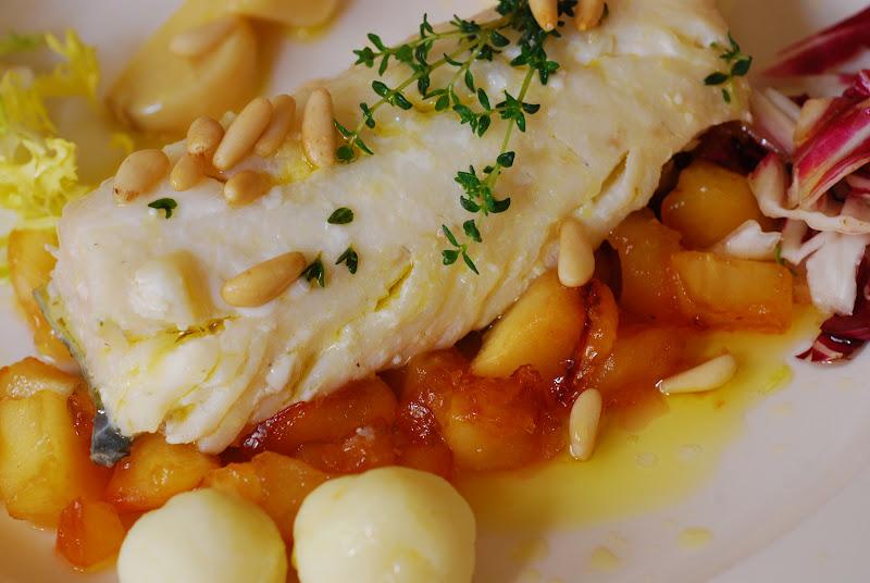 Bacalao confitado con manzana y pi ones cuchillito y for Cocinar cocochas de bacalao