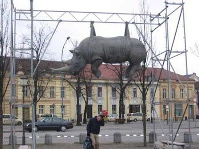 patung unik badak postdam