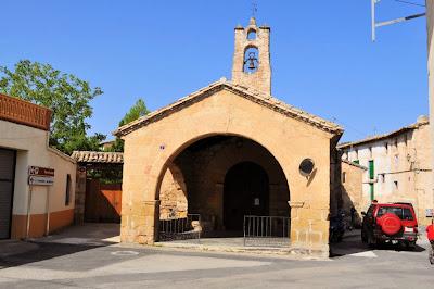 La pequeña y encantadora Iglesia de Santa Ana, antes de entrar al pueblo amurallado