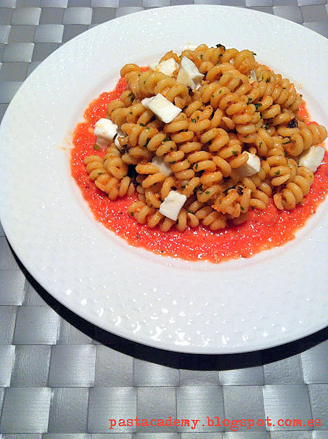 Fusilli al pesto de cebolla roja y mozzarella