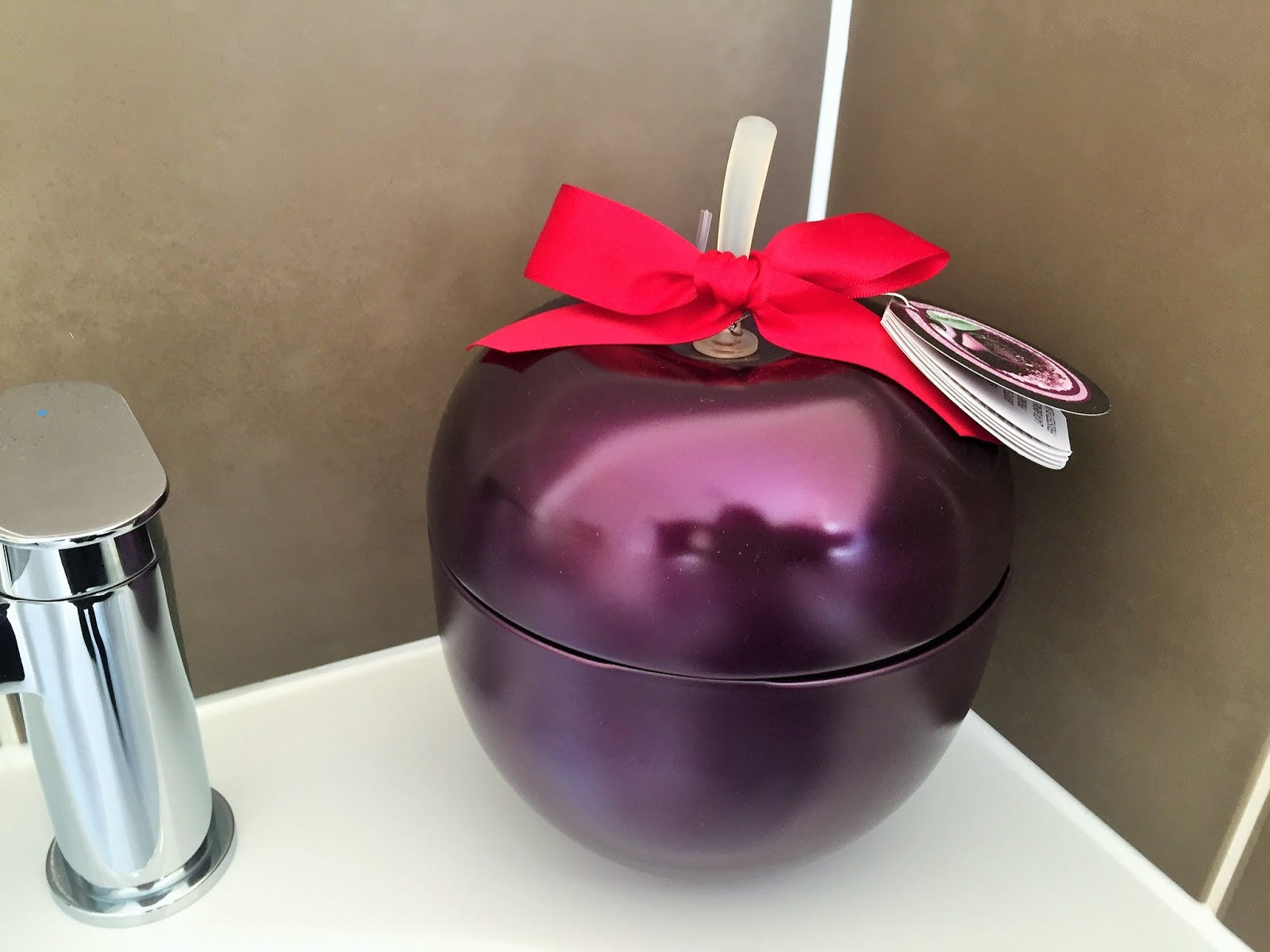 The Body Shop Christmas Gift Set Feel Good Tin in Frosted Plum