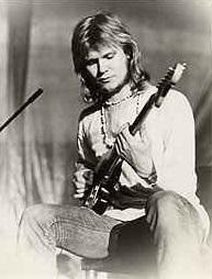 """""""A. R. & Machines"""" (Achim Reichel & Machines) foi o projeto solo do alemão """"Achim Reichel"""",  produtor, compositor e músico da cidade de Hamburgo. """"Achim Reichel"""" é uma figura-chave na explosão do krautrock, ele foi o primeiro membro fundador da banda """"The Rattles"""" no início dos anos 60, em 1968 ele formou o """"Wonderland band"""" com o baterista """"Frank Dostal"""". Apenas no final dos anos 60 que """"Achim"""" lançou seu primeiro projeto solo chamado """"A. R. & Machines"""", o qual proporciona uma intensa viagem sonora, com uma guitarra psicodélica repleta de muitos ecos e atrasos.  O primeiro álbum, """"Die Grune Reise (The Green Journey)"""", foi publicado em 1971, com a colaboração do baterista """"Frank Dostal"""". O álbum apresenta uma coleção ambiciosa de rock Spacey apresentando inúmeros efeitos eletrônicos e arranjos mirabolantes, foi aclamado pela crítica e comparado a bandas como """"Kraftwerk"""" e """"Tangerine Dream"""". A estranha viagem da imaginação do primeiro álbum continuou a prevalecer nos seguintes, mas """"Reichel"""" decidiu abandonar o projeto depois de 5 álbuns de estúdio. Hoje o """"A. R. & Machines"""" continua sendo um padrão na exploração da guitarra espacial com ecos hipnóticos. Todos os fãs de krautrock tem que conhecer """"A. R. & Machines"""", recomendo."""