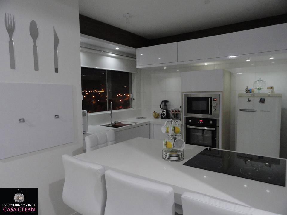 Detalhe da cozinha com somente a iluminação dos spots de Led dos