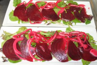 Салат из свеклы с козьим сыром и рукколой