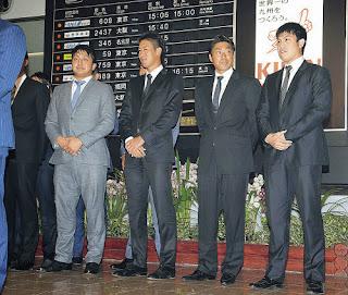 宮崎空港で歓迎セレモニーを受けた(左から)沢村、小山、相川、西村