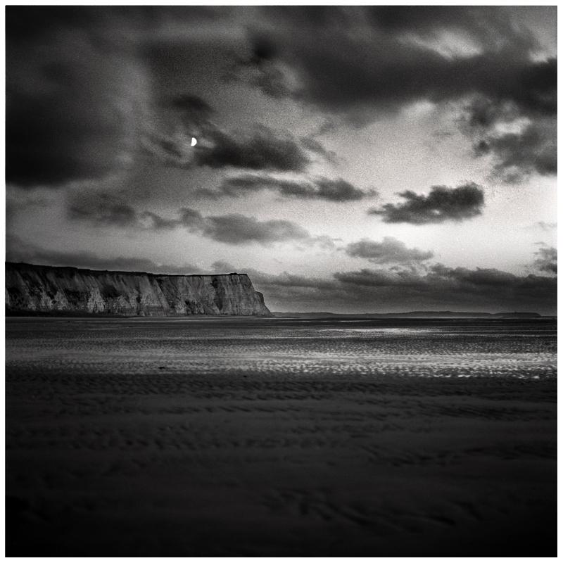 Falaise et la lune, Normandie, 2011