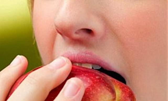gadis makan buah apel
