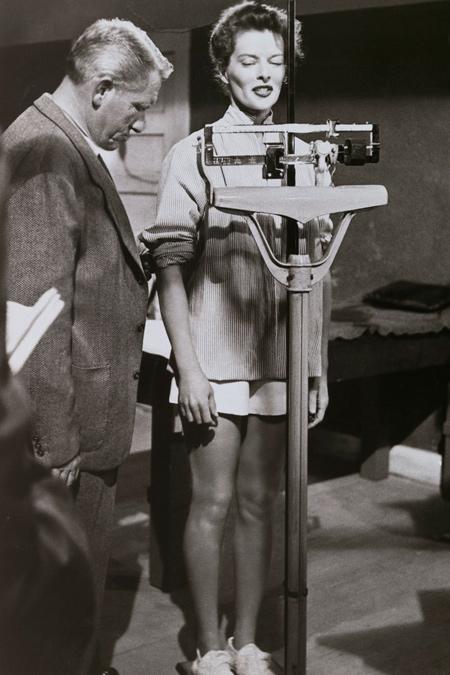 Katharine Hepburn en la báscula