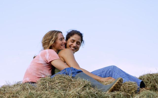 Cécile de France (Carole) et Izïa Higelin (Delphine) dans La Belle saison, de Catherine Corsini (2015)