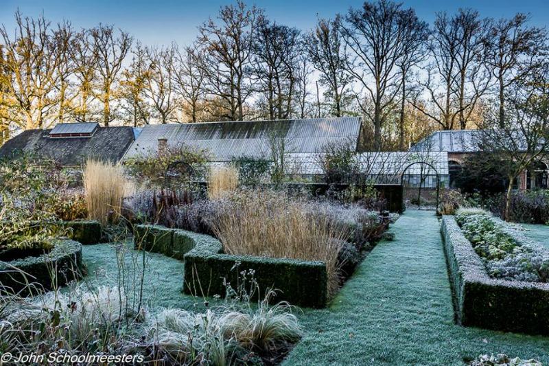 Setos recortados y vida silvestre en jardines Kasteel Geldrop Gardens