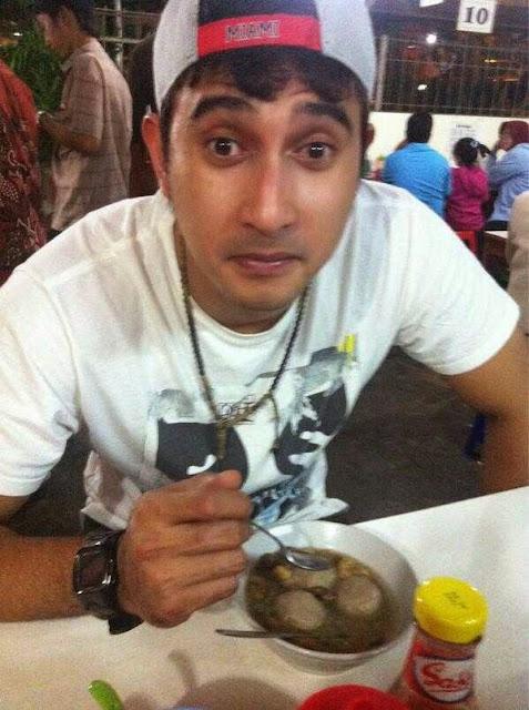 Foto Ali Syakieb makan bakso