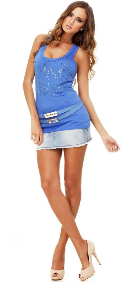 Look: Mini saia jeans e long regata azul