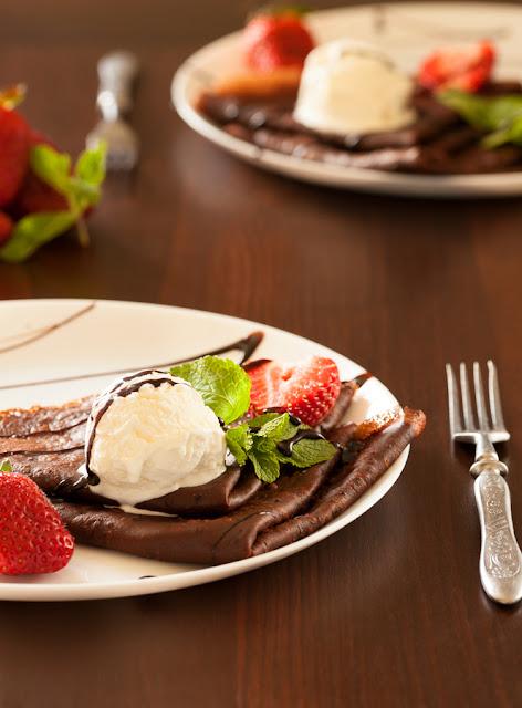 шоколадные блины с клубникой