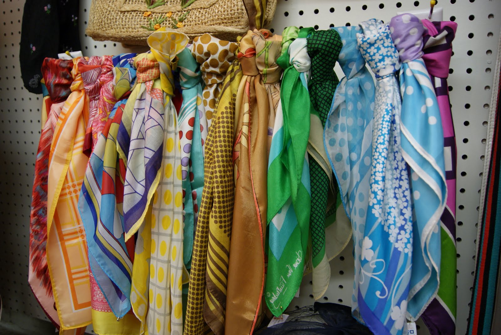 The scarf material highly influences how you can wear it. Various fabrics possess unique characteristics and advantages. Popular materials to look for when buying women's fashion scarves include wool, cashmere, and silk.