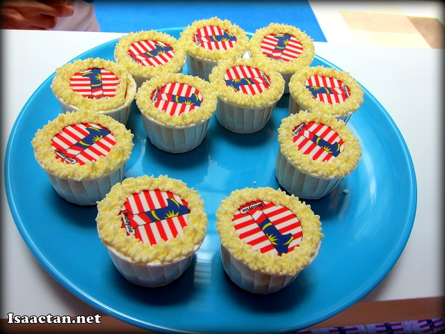 Complimentary 1Malaysia cupcakes were distributed to the public