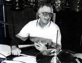 freddie gruber blanco y negro baterista musico baquetas tambores sonriendo