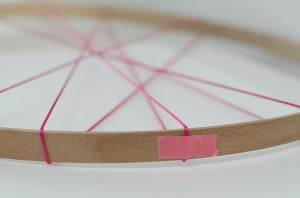 para asegurar que no se mueva la cuerda pega unos trocitos de washi tape eso nos ayudar hacer nuestro dibujo mejor