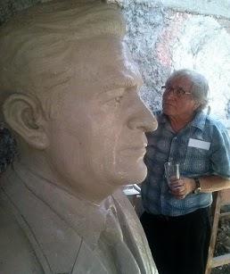 El busto del ex Secretario General del SUTEP en espera de ser develado en el local del SUTEP (Lima)