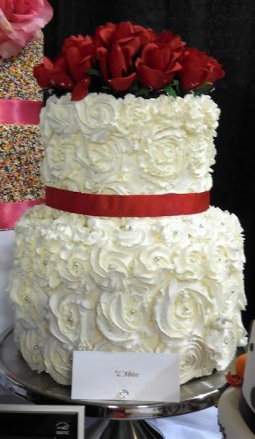 Весільний торт червоні троянди