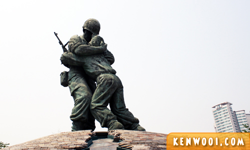 war memorial korea statue of brothers