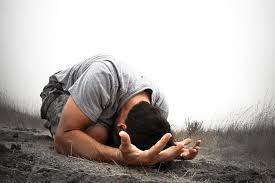 Hoogmoed komt voor de val, maar geloof brengt mensen op de knieën