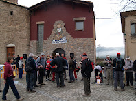 Esperant la sortida davant l'església de Santa Maria de Balsareny