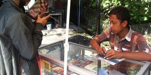 Sebuah Kisah Inspiratif, Wardi Penjual Pulsa Tunanetra Di Pinggir Jalan
