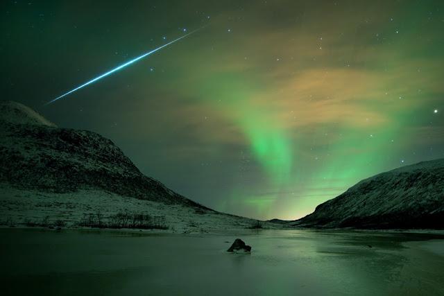 Aurora boreal com faixo de luz no pólo