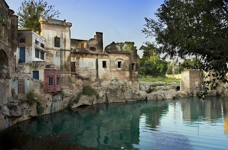 shivas+tear+at+parvati+death+-+pond+formed-Hindu-Temple-Pakistan.jpg 800 x 527