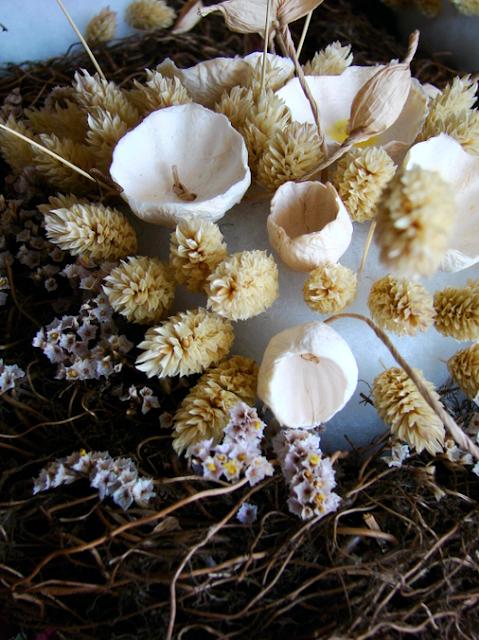 centrotavola di fiori secchi e fiori di carta