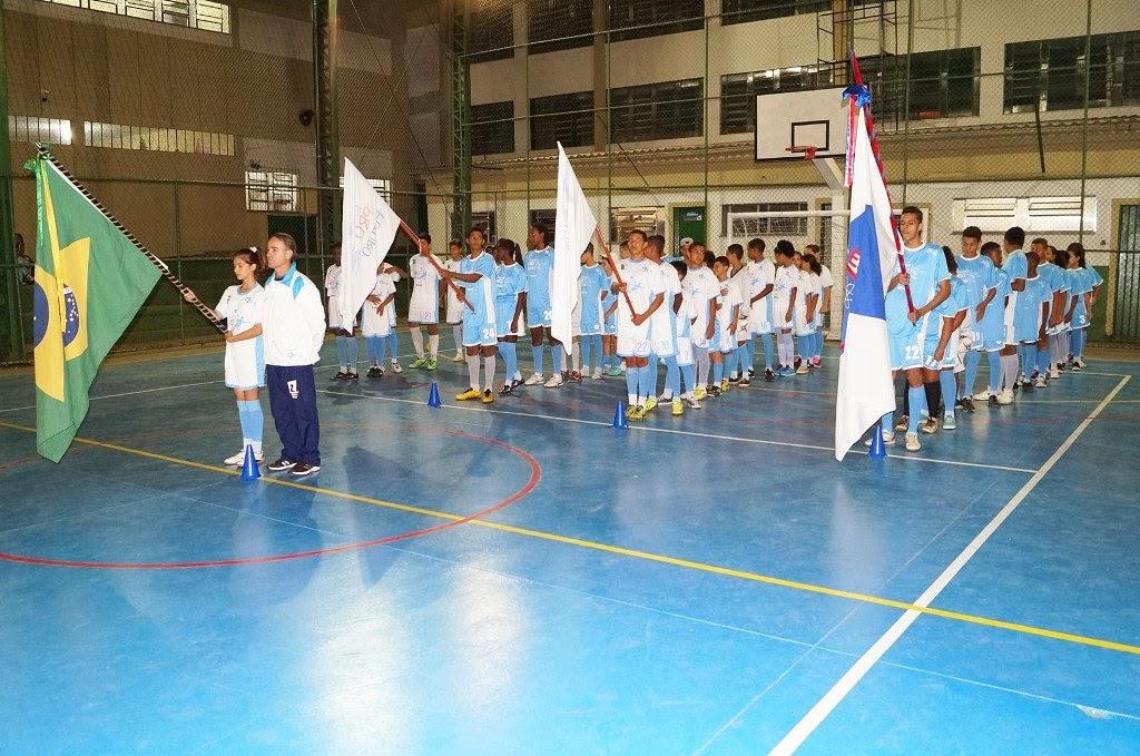 Os alunos participam da solenidade de reabertura do projeto no Cerom