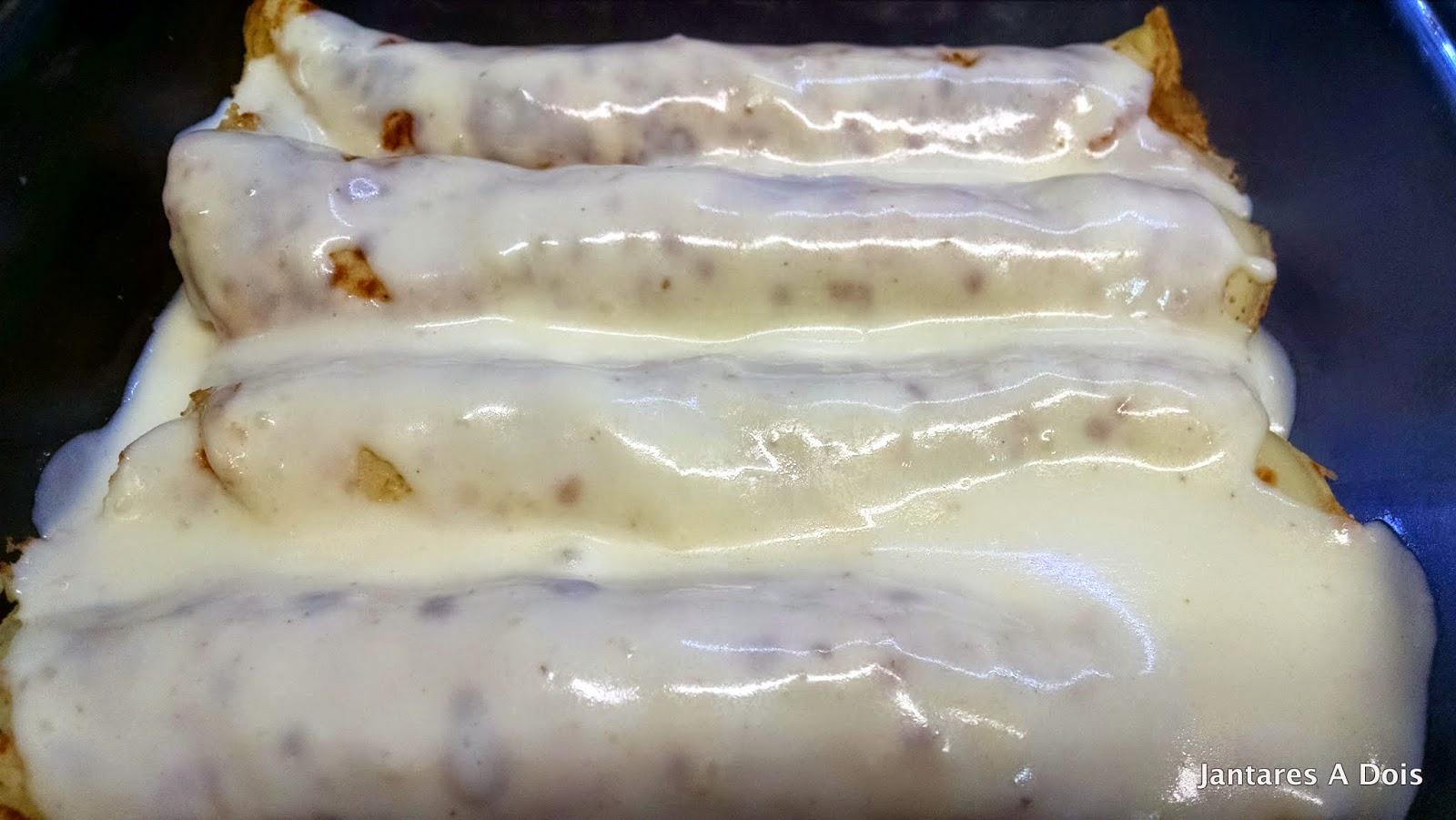 Panquecas enroladas cobertas com o molho bechamel