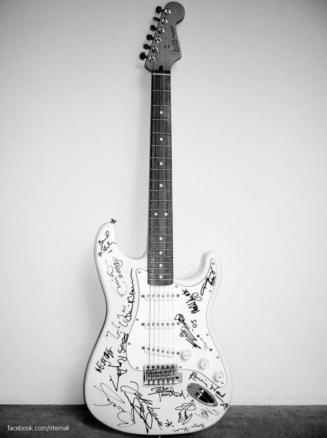 Most expensive guitar in the world is the Fender Stratocaster, signed with 19 famous guitarists and sold at a charity auction for $ 2.8 million.