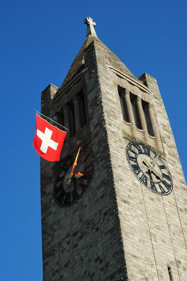 Fahne Schweiz Zürich Kirche Kirchturm Kirchturmuhr Turmuhr Uhr Sommer Seefeld Flagge Kreuz