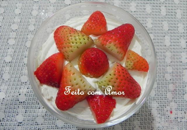 Sobremesa com bolo delicioso, várias camadas, levemente doce, não enjoativo, por conta do morango.