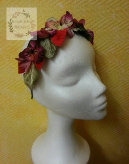 diadema de terciopelo con hojas y flores en varias tonalidades