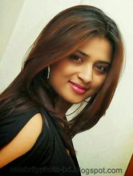 Sweet+Farah+Khan+looks+very+hot+on+a+black+dress001