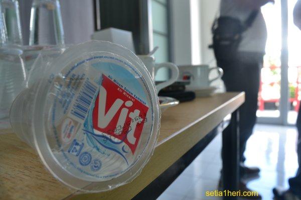 ANDA WAJIB TAU!! INI Daftar 11 merk air minum dalam kemasan (AMDK) gelas tidak layak minum..